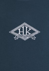 Han Kjøbenhavn - BOXY TEE FRONT - Print T-shirt - faded navy/white - 6