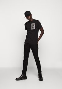 Just Cavalli - SPARKLY SKULL - T-shirt print - black - 1