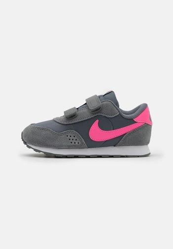 VALIANT UNISEX - Trainers - smoke grey/pink glow/white