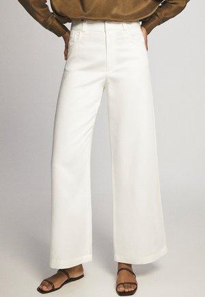 MIT WEITEM BEIN UND RUNDEN TASCHEN - Pantalon classique - white