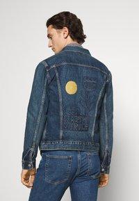 Levi's® - WELLTHREAD TRUCKER - Giacca di jeans - azurite indigo - 4