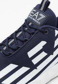 EA7 Emporio Armani - UNISEX - Sneakers basse - navy/white - 5