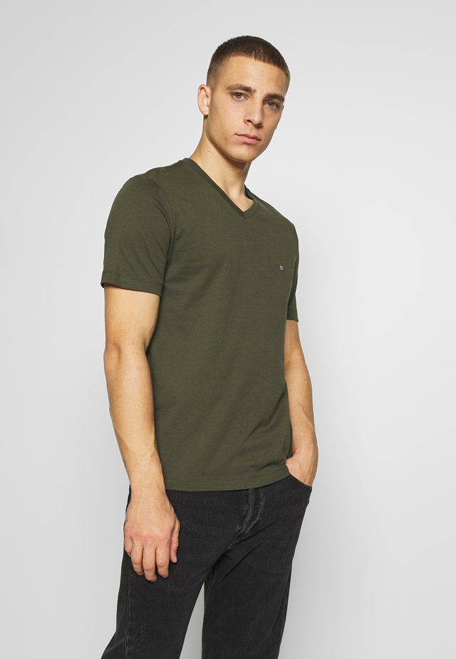 V-NECK CHEST LOGO - Basic T-shirt - olive