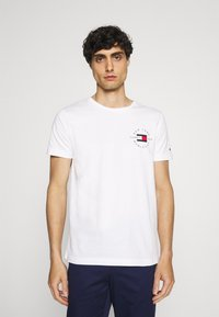 Tommy Hilfiger - CIRCLE CHEST TEE - T-shirt med print - white - 0