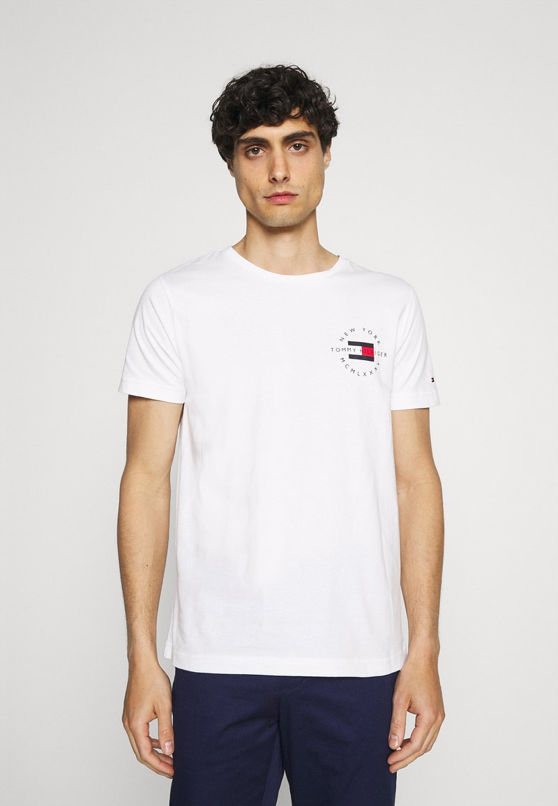 Tommy Hilfiger - CIRCLE CHEST TEE - T-shirt med print - white