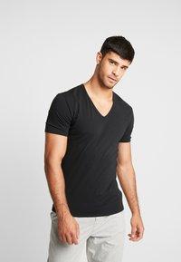 Calvin Klein Underwear - V NECK T SLIM FIT 2PACK - Aluspaita - black - 2