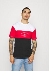 Newport Bay Sailing Club - BLOCK - Print T-shirt - black/red/white - 0