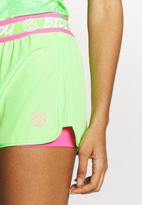 BIDI BADU - RAVEN TECH SHORTS - Sportovní kraťasy - neon green/pink - 5