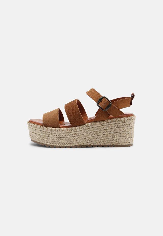CARINA - Sandalen met plateauzool - brown
