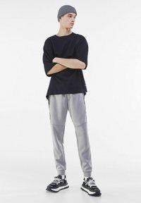 Bershka - Pantaloni sportivi - grey - 1