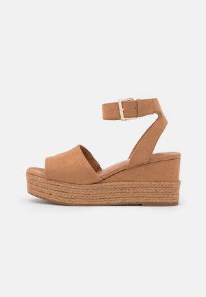 LILLIAN - Sandály na platformě - light brown