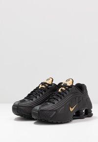 Nike Sportswear - SHOX R4 - Sneakers basse - black/metallic gold/anthracite - 3