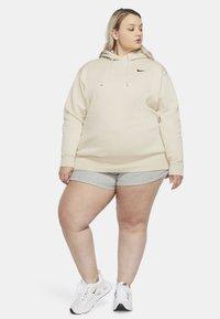 Nike Sportswear - GRANDE TAILLE - Sweat polaire - oatmeal/black - 1