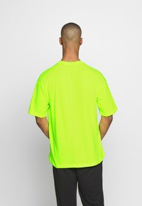 Champion - CREWNECK - T-shirt con stampa - neon yellow - 2