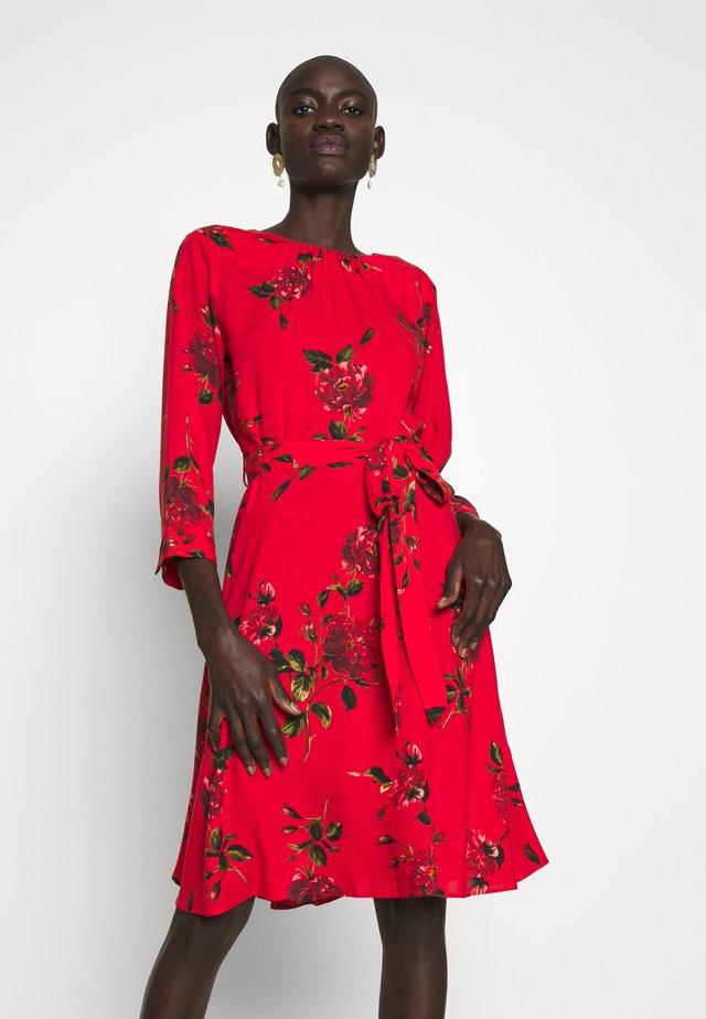 FLORAL PRINT FIT AND FLARE DRESS - Vapaa-ajan mekko - red