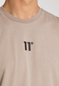 11 DEGREES - BOX GRAPHIC BACK - T-shirt print - brown/black - 4