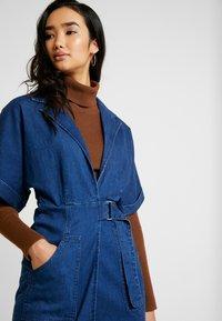 Lost Ink - UTILITY WRAP DRESS - Robe en jean - mid denim - 5