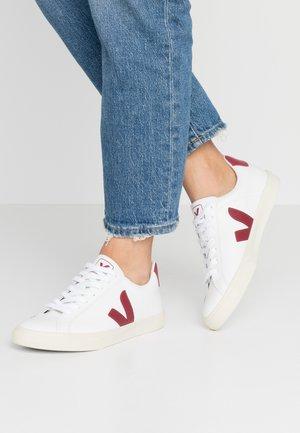 ESPLAR LOGO - Sneakersy niskie - extra white/marsala