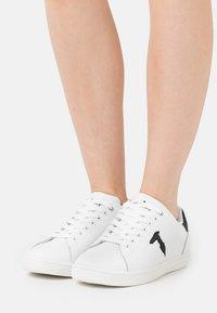Trussardi - GLITTER PATCH - Sneakersy niskie - white/black - 0