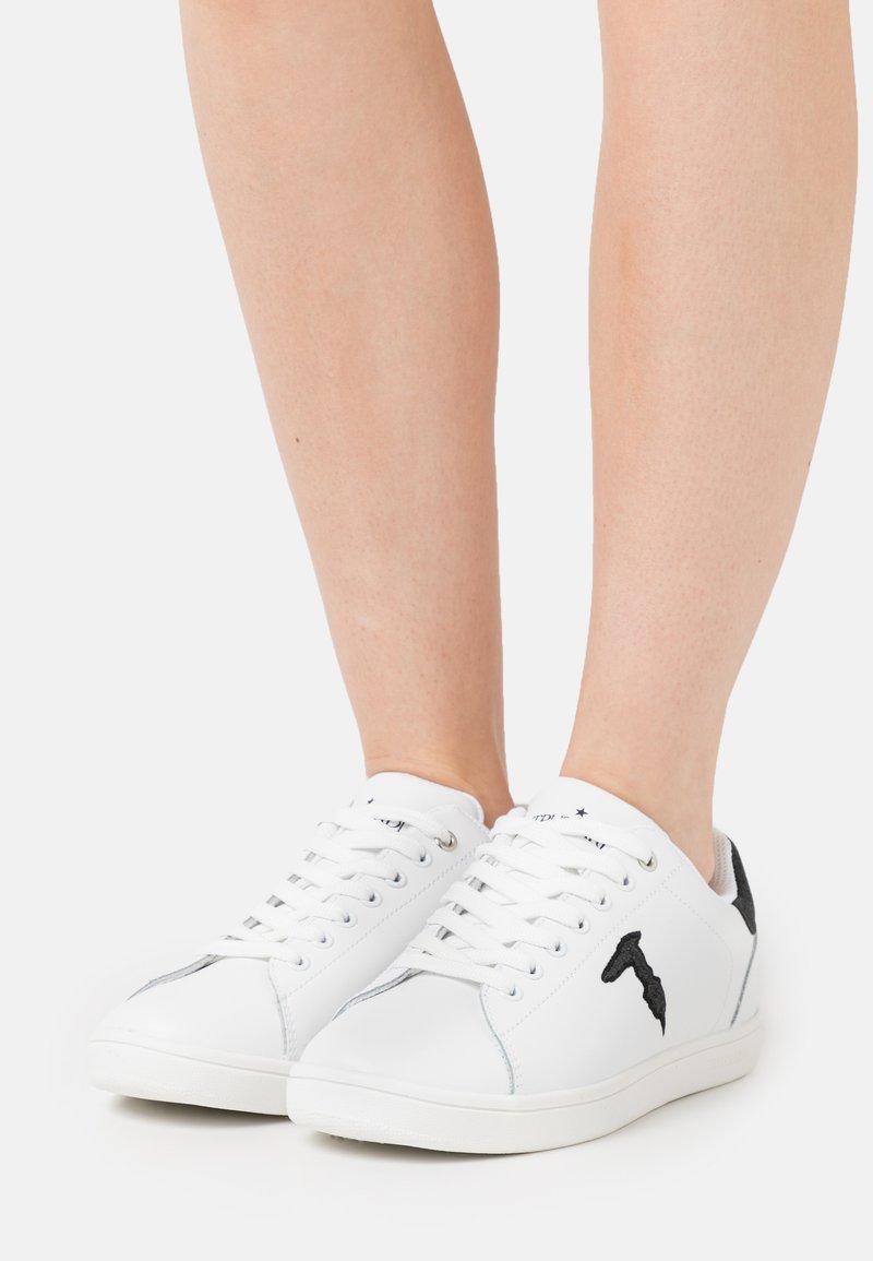 Trussardi - GLITTER PATCH - Sneakersy niskie - white/black