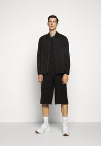 EA7 Emporio Armani - TEE COLLAR LOGO  - T-shirt z nadrukiem - black - 1