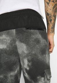 Mennace - TIE DYE TEXTURE MIX - Teplákové kalhoty - charcoal - 5