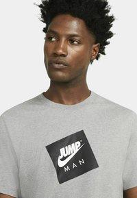 Jordan - JUMPMAN BOX CREW - T-shirt med print - carbon heather/black - 3