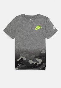 Nike Sportswear - TEXTURED CAMO MIDWAY TEE - Print T-shirt - carbon heather - 0