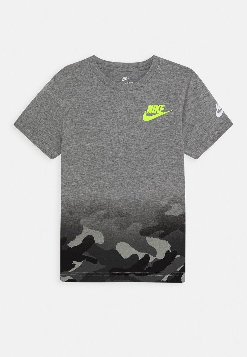 Nike Sportswear - TEXTURED CAMO MIDWAY TEE - Print T-shirt - carbon heather