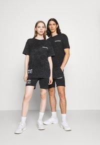 Common Kollectiv - WASHED TWINSET UNISEX - T-shirt imprimé - black - 0