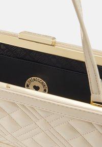 Love Moschino - BORSA QUILTE  SCURO - Handbag - ivory - 3