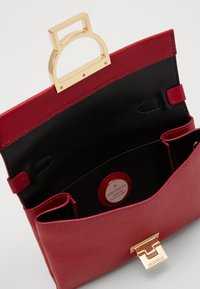 Coccinelle - MIGNON FLAT - Across body bag - cherry - 3
