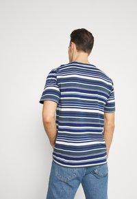 DOCKERS - LOGO TEE - Print T-shirt - colman slate desert - 2