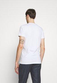 Hollister Co. - MUSCLE FIT CREW  - Camiseta estampada - white - 2