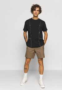 The Ragged Priest - TEE WITH ZIP PANELS - Jednoduché triko - black - 1
