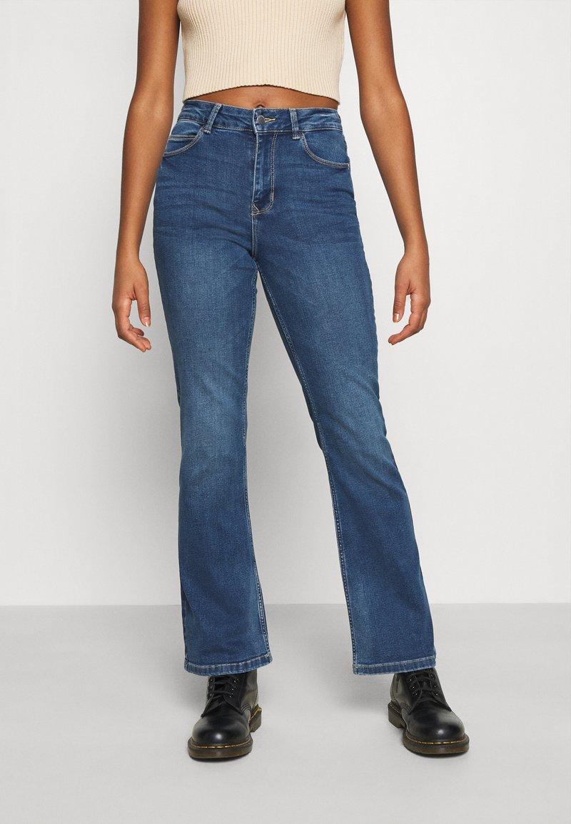 JDY - JDYNEWFLORA NEELA LIFE HGH FLARE  - Straight leg jeans - medium blue denim