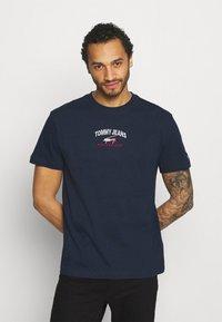 Tommy Jeans - TIMELESS SCRIPT TEE UNISEX - Print T-shirt - twilight navy - 0