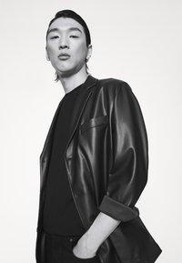 KARL LAGERFELD - CREWNECK - Print T-shirt - black/gold - 4