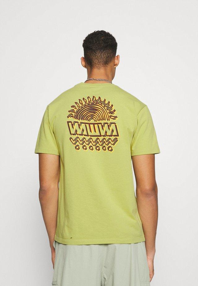 UNISEX SUNSPOTS - Camiseta estampada - lime green