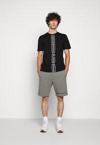 HUGO - DARLON - T-shirt z nadrukiem - black - 1