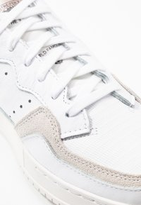 adidas Originals - SUPERCOURT  - Sneakers - footwear white/platin metallic - 2