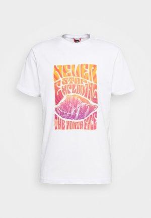 MENS GRAPHIC TEE - T-shirt print - white/flame orange