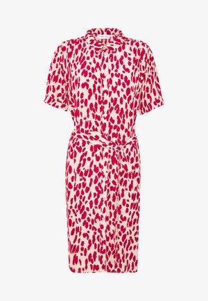 BOYFRIEND ISA DRESS - Sukienka letnia - frutti red/cream white