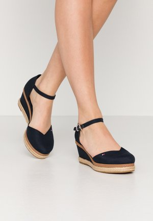 BASIC CLOSED TOE MID WEDGE - Cuñas - desert sky