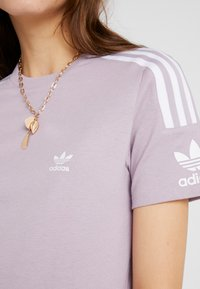 adidas Originals - ADICOLOR 3 STRIPES TEE - T-shirt med print - soft vision - 5
