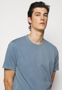 Boglioli - Basic T-shirt - blue denim - 3