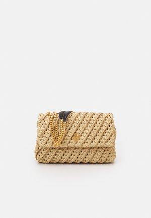 KIRA CROCHET FLORAL CONVERTIBLE SHOULDER BAG - Taška spříčným popruhem - natural