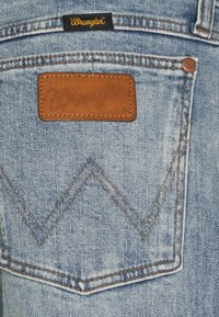 Wrangler - GREENSBORO - Jeansy Straight Leg - dusty light - 2