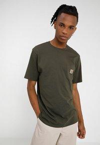 Carhartt WIP - POCKET - T-shirt basique - cypress - 0