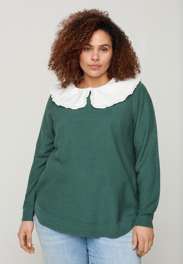 MIT RUNDHALSAUSSCHNITT - Sweter - green